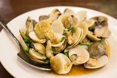 混乱与圣洁蓬蒿的油煎的蛤蜊 免版税图库摄影