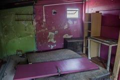混乱和残破的门在被放弃的烧在房子下 免版税库存照片