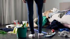 混乱恐惧的妇女在党以后离开在她的公寓,清洗服务 免版税库存照片