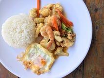 混乱油炸物菜用豆腐和虾在白色盘用米和煎蛋在木背景 泰国食物的样式 库存照片