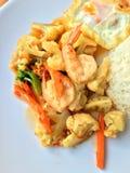 混乱油炸物菜用豆腐和虾在白色盘用米和煎蛋在木背景 泰国食物的样式 免版税库存照片