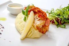 混乱油炸物虾 油煎的虾用土豆泥用在一块白色板材的调味汁装饰用新鲜的莴苣 免版税图库摄影