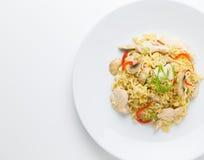 混乱油炸物面条用鸡肉、蘑菇和红色辣椒的果实 库存图片