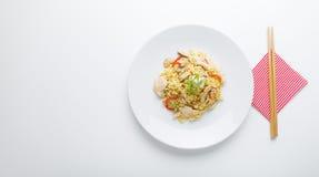 混乱油炸物面条用鸡肉、蘑菇和红色辣椒的果实 免版税库存照片