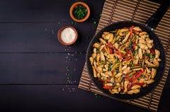 混乱油炸物鸡、夏南瓜、甜椒和大葱 免版税库存图片
