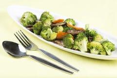 混乱油煎了三棵菜(硬花甘蓝、蘑菇,红萝卜)在 库存照片