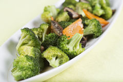混乱油煎了三棵菜(硬花甘蓝、蘑菇,红萝卜)在 免版税库存图片