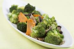 混乱油煎了三棵菜(硬花甘蓝、蘑菇,红萝卜) 库存图片
