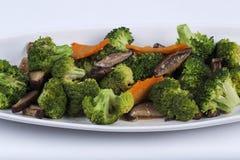 混乱油煎了三棵菜(硬花甘蓝、蘑菇,红萝卜) 免版税库存图片