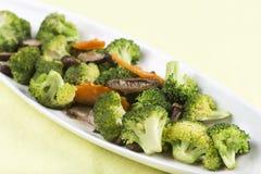 混乱油煎了三棵菜(硬花甘蓝、蘑菇,红萝卜) 免版税库存照片