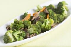 混乱油煎了三棵菜(硬花甘蓝、蘑菇,红萝卜) 免版税图库摄影