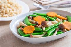 混乱油煎了混杂的菜和糙米,素食食物 免版税库存图片