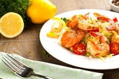 混乱油煎的意粉用烤虾和蕃茄-意大利融合食物样式 免版税库存图片