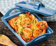 混乱油煎的意粉用烤虾和蕃茄-意大利融合食物样式 库存图片