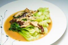 混乱油煎的蘑菇和菜混杂的人群 免版税库存图片