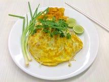 混乱油煎的面条用折叠鸡蛋-泰国食物 免版税库存照片