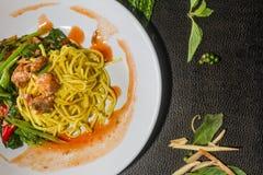 混乱油煎的面条用无头甘蓝和罐装鱼认为,但是销售 泰国食物的样式 免版税库存图片