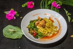 混乱油煎的面条用无头甘蓝,罐装鱼,菜单是可口的 泰国食物的样式 免版税库存图片