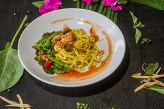 混乱油煎的面条用硬花甘蓝,罐装鱼鲜美 泰国食物的样式 图库摄影
