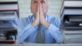 混乱的商人做祈祷手势在会计办公室 股票视频