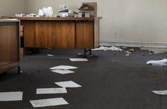 混乱的被放弃的办公室 库存照片