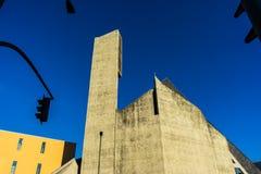 从混凝土做的一个现代派教会 免版税库存照片