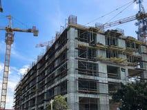 混凝土和气体与许多的硅酸盐块一个整体木屋的建筑使用一台大起重机的脚手架 图库摄影