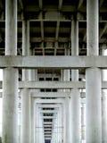 混凝土和水泥桥梁支持 免版税库存照片