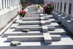 混凝土在叻丕府,泰国横渡在坟墓每年祝福的坟墓  免版税库存照片