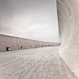 混凝土堤堰或水坝结构、墙壁和楼层,多云天空。 免版税库存照片
