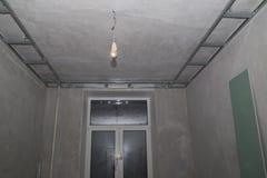 混凝土墙、框架和糊墙纸板在整修 库存照片
