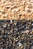 混凝土墙五颜六色的小卵石沙子 图库摄影
