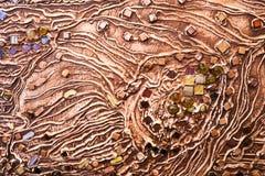 混凝土墙的棕色纹理由装饰膏药制成增加多彩多姿的宝石、玻璃正方形和ci 库存图片