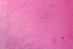 混凝土墙的片段,绘在桃红色颜色 抽象背景 免版税库存照片