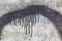 混凝土墙纹理和黑油漆水滴 免版税库存图片