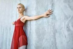 混凝土墙背景的芭蕾舞女演员 免版税库存照片