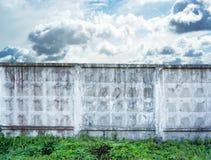 混凝土墙,反对蓝天背景,文本的空间 库存照片