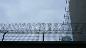 混凝土墙,反对铁丝网背景,监狱的概念,救世,难民,孤独,文本的空间 影视素材