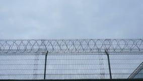 混凝土墙,反对铁丝网背景,监狱的概念,救世,难民,文本的空间 4K 影视素材