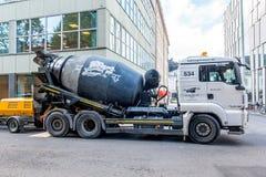 混凝土搅拌机卡车在斯德哥尔摩 免版税图库摄影