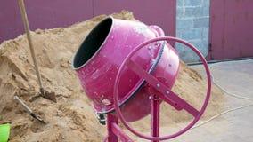 混凝土搅拌机混合用水泥涂瓦砾和水在工地工作 影视素材