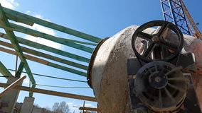 混凝土搅拌机防止具体在慢动作、侧视图在结构背景和天空蔚蓝 股票录像