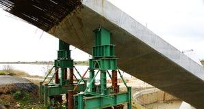 混凝土桩细节在一座桥梁的建筑在河Llobregat的 免版税库存照片