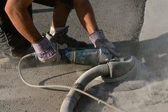 混凝土研的粗胶边在遏制和路的 库存图片
