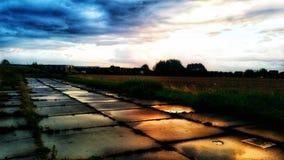 混凝土路在无处的城市 免版税库存照片