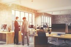 混凝土露天场所办公室内部,被定调子的木头 图库摄影