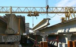 混凝土结构培养在蓝天背景的起重机 库存照片