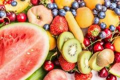 混合五颜六色的夏天品种结果实背景用西瓜 图库摄影
