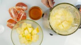 混合在一台搅拌器、圆滑的人从南瓜,葡萄柚和蜂蜜的水果鸡尾酒 健身和健康生活方式 股票录像