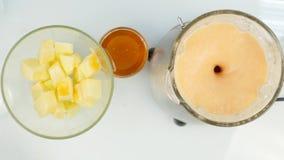 混合在一台搅拌器、圆滑的人从南瓜,葡萄柚和蜂蜜的水果鸡尾酒 健身和健康生活方式 影视素材